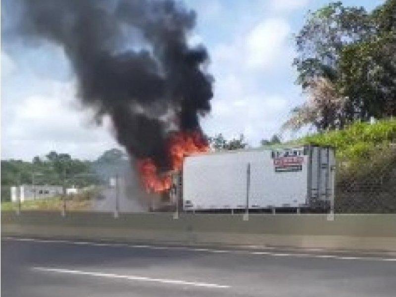Grupo de 20 bandidos atira e coloca fogo em caminhão na rodovia CIA/Aeroporto