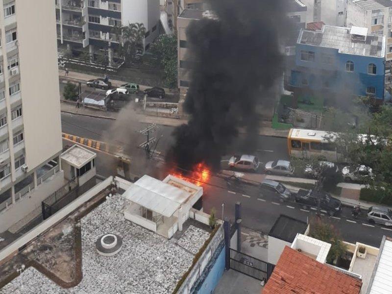 Ônibus pega fogo e explode em Salvador